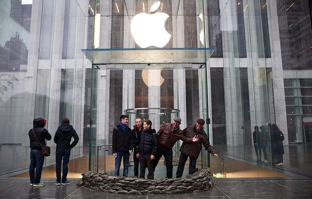 Photo of NYC Apple Store Prepares for Arrival of Hurricane Sandy