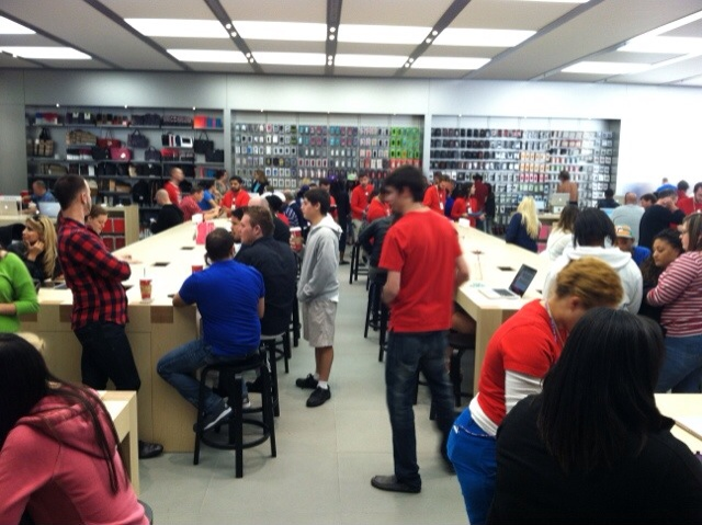 Photo of Apple Store Tries Out New Floating Genius Bar
