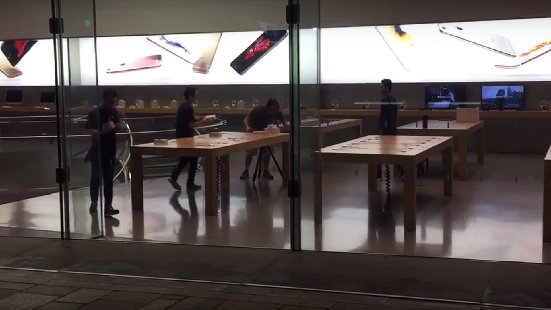 Photo of iPhone 6S Display Models and Banner Filmed at Tokyo Store