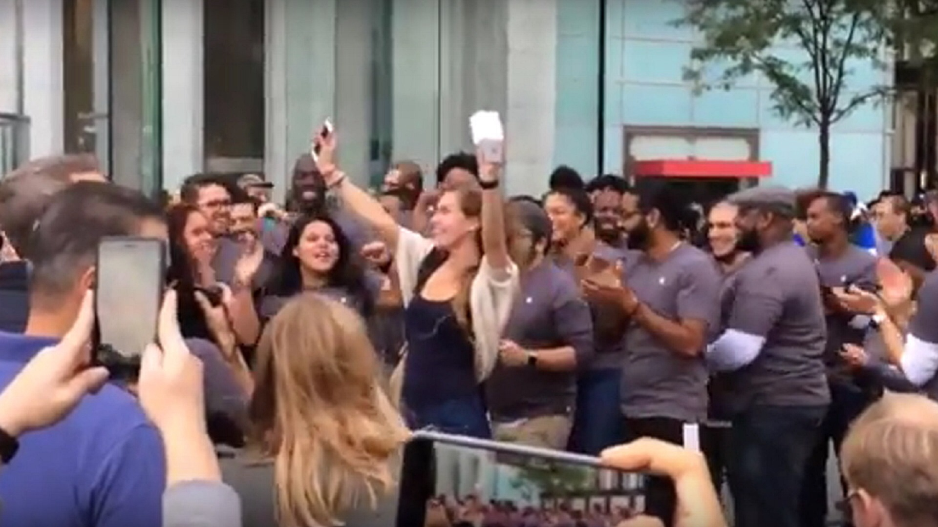 Photo of iPhone 6S Launch Brings Huge Crowds to Apple Stores Globally