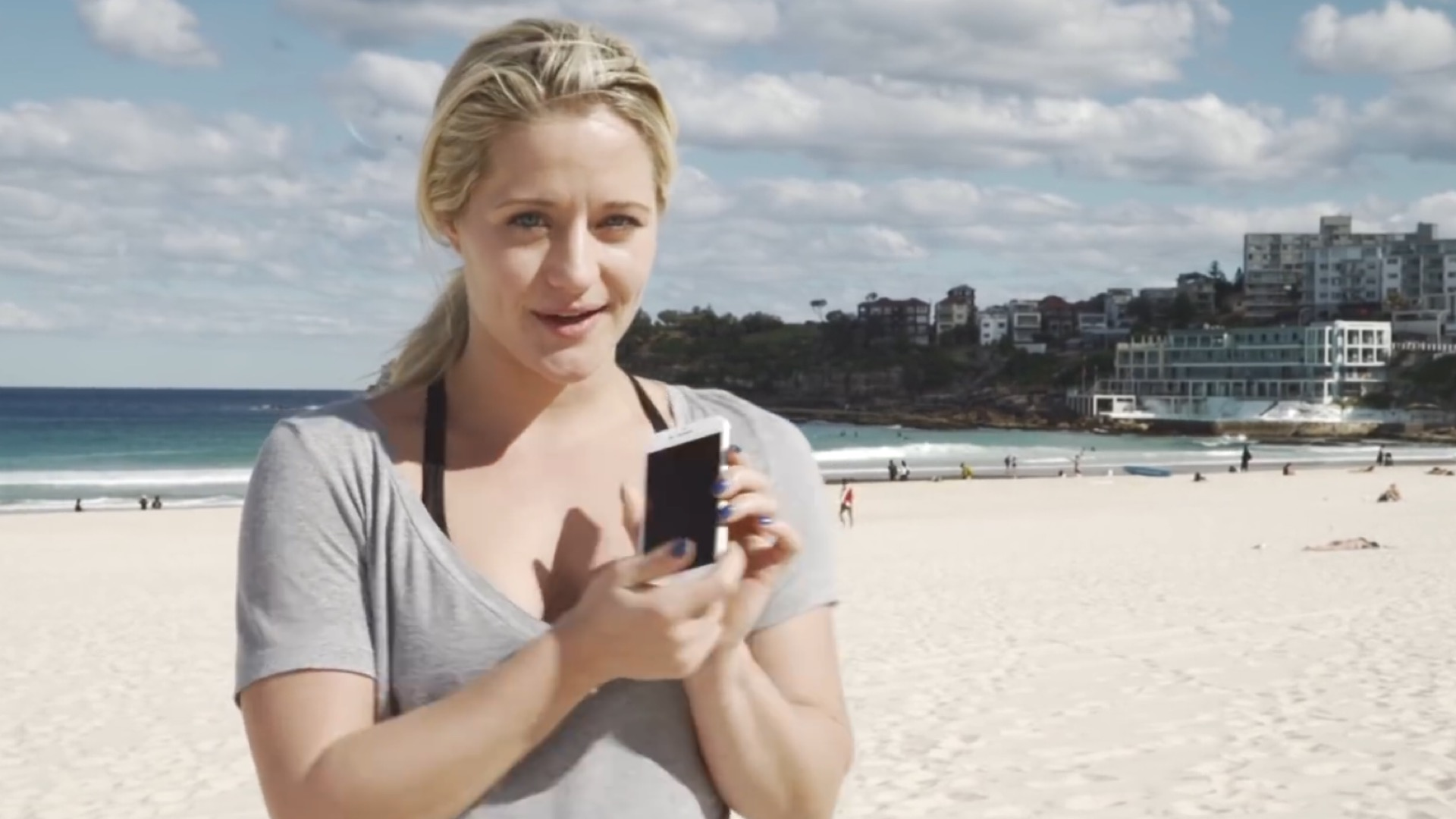 Photo of iPhone 7 Proves Water Resistant at Sydney's Bondi Beach