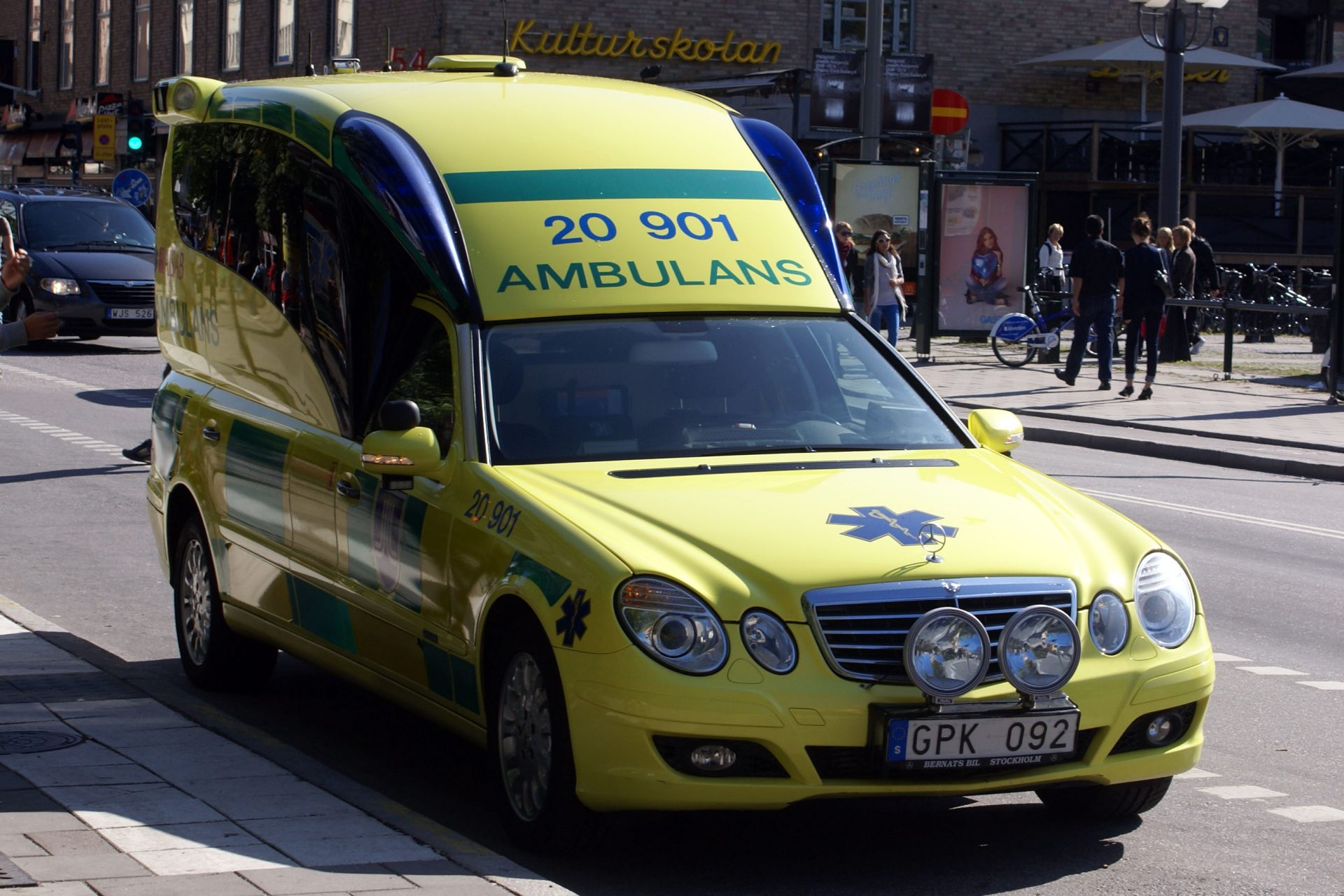 Photo of Ambulances Will Soon Be Able To Interrupt Music To Inform Drivers When They're Nearby