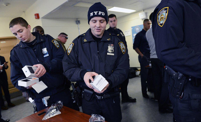 "Photo of NYPD officers switch to Apple iPhones, the ""ultimate tool"" for fighting crime"